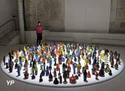 La Maréchalerie - Centre d'Art Contemporain - Blow bangles, 404 « empreintes » de verre soufflé, dimensions variables (François Daireaux, 2012)