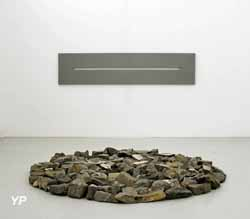 Château de Mouans-Sartoux - Slot Painting, 1971 (Alan Charlton), Small Alpine Circle, 1998 (Richard Long)