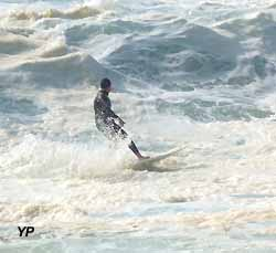 surfeur sur la plage d'Anglet (doc. Yalta Production)