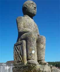 Village sculpté de Masgot - Homme assis de François Michaud (Les Amis de la Pierre de Masgot)