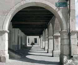 Cité Médiévale de Liverdun - arcades de la place de la Fontaine (OT Liverdun)