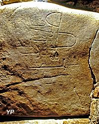 Tumulus de Dissignac - dalle gravée à l'intérieur du tumulus
