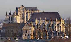 Eglise Saint-Etienne - nef romane et choeur gothique (au fond, la cathédrale) (Jean-François Madre)