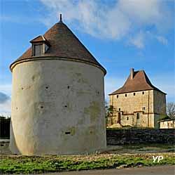 Tour de Vesvre - colombier et la tour, au fond