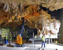 Caverne du Pont d'Arc - installation de la concrétion du mammouth réalisée par Phénomènes