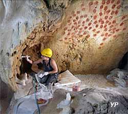 Caverne du Pont d'Arc - les plasticiens de Phénomènes créent les éléments géologiques