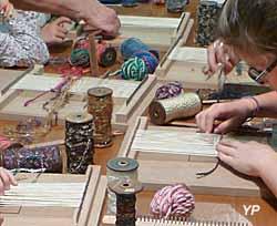 Musée du tissage et de la soierie - tissage sur un métier de table