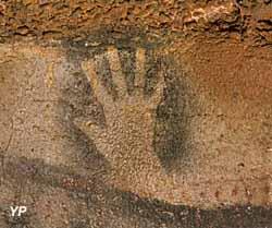 Grotte du Pech-Merle - main négative noire, extrait du panneau des Chevaux ponctués