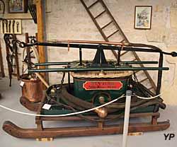 Pompe à bras sur traîneau aspirante refoulante (1890)