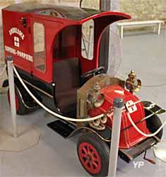 Réplique (jouet) d'un camion ambulance Renault de 1911