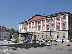 Visite de Chambéry - place du Palais de Justice (Yalta Production)