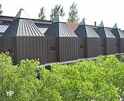 Musée de la Cloche et de la Sonnaille - Vue extérieure : les 6 clochetons de cuivre (M. Fontès)