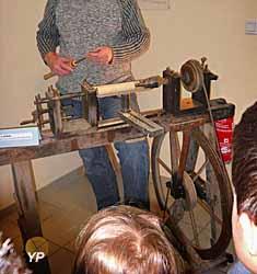 Musée du jouet - démonstration de tour à pédale
