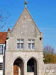 Château-Landon - porche de la Monnaie