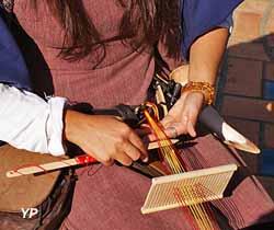 Atelier de tissage de galons au peigne - Animations médiévales - Compagnie Afikamaya