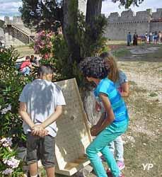 Animation jeux en bois dans le parc du château