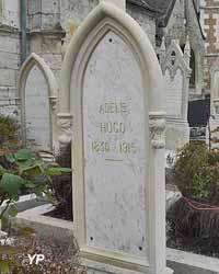 Église Saint-Martin - tombe d'Adèle Hugo (fille de Victor Hugo)