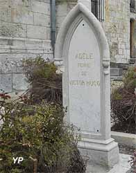 Église Saint-Martin - tombe d'Adèle Hugo (femme de Victor Hugo)