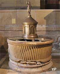 Cuve baptismale (grès, XIIe s., classée MH)