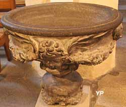 Bénitier en pierre de Volvic (XVIIe s.)