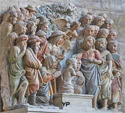 Bas-relief de la Résurrection de Lazare (pierre polychrome, XVIe s.)