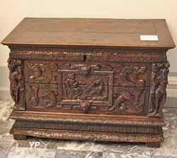 Coffre en bois sculpté (XVIe s.)