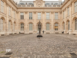 Cour d'honneur de l'hôtel de Saint-Aignan et le Capitaine Dreyfus (Paul Allain / mahJ)