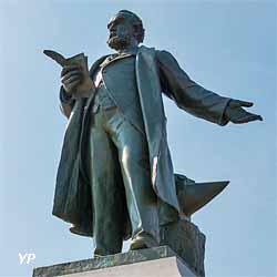Statue de Godin, place du Palais social