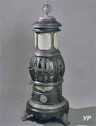 Calorifère n°140 dit « poêle phare », société du Familistère de Guise, modèle après 1888 (fonte de fer nickelée)