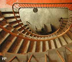 Escalier de l'aile droite du Palais social