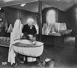 Préparation d'un berceau de la nourricerie en 1889