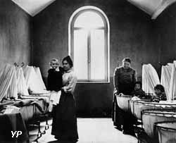 Une salle de berceaux de la nourricerie en 1889