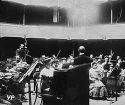 Répétition de la société musicale du Familistère dans le théâtre en 1904