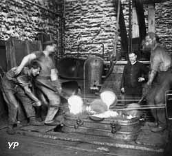Moulage d'une baignoire dans la fonderie de l'usine du Familistère en 1899
