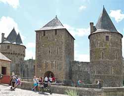 Château de Fougères - entrée du château, tour du Hallay, tour La Haye Saint-Hilaire et tour de Guémadeuc