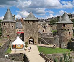 Château de Fougères - entrée du château (depuis l'intérieur), tour de Guémadeux, tour La Haye Saint-Hilaire et tour du Hallay (Yalta Production)