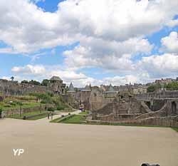 Château de Fougères - basse-cour et vestiges du logis