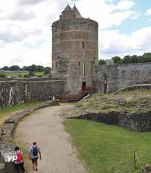 Château de Fougères - haute-cour et tour Mélusine