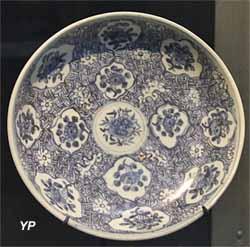 Grand plat à décor de médaillons lobés