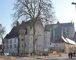 Palais des évêques devant la cathédrale Saint Pierre