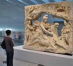 Mithra, dieu iranien du soleil, sacrifiant le taureau (100-200 après JC)