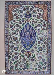 Panneau de revêtement mural à décor floral (Istanbul, 1577)