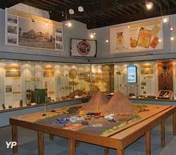 L'histoire géologique et industrielle du bassin d'Autun orientée vers la fabrication de produits pétroliers et le robot de téléprésence qui permet des visites à distance (Museum d'Histoire Naturelle Jacques de La Comble)