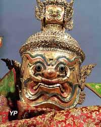 Masque d'ogre surmonté de quatre autres têtes, de théâtre lokhon Carton et cuir bouilli, bois doré, décoré de fragments de miroirs