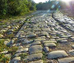 Voie pavée, prolongement de la Via Domitia