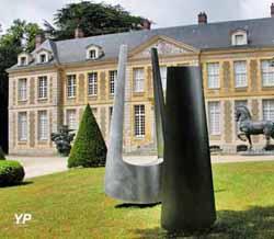 Sculpture de Marta Pan devant le château de Coubertin