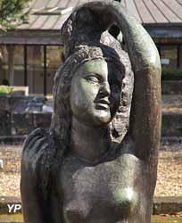 Jeune fille à sa toilette ou Jeune fille se coiffant assise (détail), modèle de 1912, (Joseph Bernard, bronze, collection particulière, dépôt à la Fondation de Coubertin)