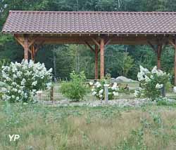 La halle et les hortensias