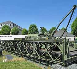 VCG AMX 13 Mle F1 avec sa remorque ARE sur un élément de pont Bailey (Musée du Génie)