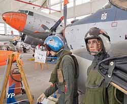 Musée de l'Aéronautique Navale - 2 pilotes en tenue de vol devant le nez d'un Alizé, plus loin un Dakota DC3 (ANAMAN)